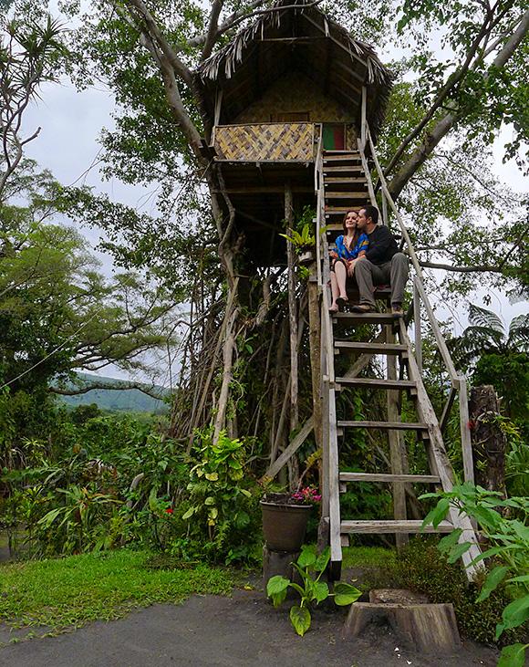 Habarnam și Prichinduța pe scările din trihaos, casa din copac.